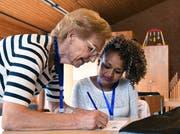 Claire Erne erklärt einer Schülerin die Deutsch-Hausaufgaben. (Bild: Yvonne Aldrovandi-Schläpfer)