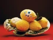 Zitronen aus Wolle: Die Objekte von Madame Tricot sind witzig und immer täuschend echt. Jetzt sind sie im Botanischen Garten zu sehen. (Bild: PD)