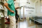 Weil sie wissen wollten, wie es weitergeht, standen Patienten in einer Abtwiler Praxis Schlange bis ins Treppenhaus. (Symbolbild/Keystone)