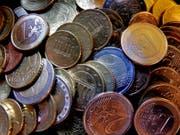 Verschärfte Kontrollen bei Bargeld-Transfers: EU-Behörden können künftig schon bei Beiträgen unterhalb der Anmeldeschwelle von 10'000 Euro tätig werden. (Bild: KEYSTONE/AP/MICHAEL PROBST)