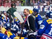 André Rötheli steht auch in den nächsten zwei Saisons an der Bande des EHC Kloten (Bild: KEYSTONE/PATRICK B. KRAEMER)