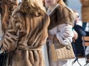 Der Wissensstand über Pelze hat sich erhöht, das Kaufverhalten hat sich aber nicht gross geändert. Im Bild sieht man zwei Frauen am White Turf in St. Moritz. (Bild: Keystone/CHRISTIAN BEUTLER)