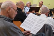 Der Männerchor Kriens bei einer Probe für ihr letztes Konzert. (Bild: Boris Bürgisser (Kriens, 7. Mai 2018))