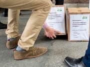 Die SVP verlangt, dass die Zürcher Polizeien in ihren Mitteilungen die Nationalität von mutmasslichen Tätern und Opfern nennen: Sie hat am Mittwoch die gesammelten Unterschriften für eine entsprechende kantonale Volksinitiative eingereicht. (Bild: KEYSTONE/ENNIO LEANZA)