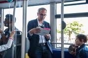 Stadtpräsident Beat Züsli liest am Schweizer Vorlesetag Geschichten des Schriftstellers Franz Hohler in einem VBL-Bus vor. (Bild: Dominik Wunderli (Luzern, 23. Mai 2018))