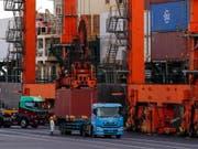 Die Schweiz hat laut einer Studie im internationalen Vergleich an Wettbewerbsfähigkeit verloren. Ein Grund dafür sind geringere Exporte. (Bild: KEYSTONE/EPA/KIMIMASA MAYAMA)