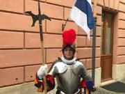 Stolz posiert Philip Stierli nach seiner Vereidigung in der Kaserne der Schweizer Garde vor der Zuger Fahne. (Bild: Charly Keiser (Vatikan, 6. Mai 2018))