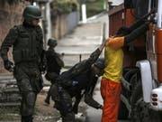 """Welle von """"Express-Entführungen"""" auf dem Uni-Campus: Die Hochschulleitung der nahe zwei berüchtigten Favelas gelegenen Universität UFRJ in Rio de Janeiro verlangt zusätzliche Sicherheitskräfte des Staates (Themenbild). (Bild: KEYSTONE/EPA EFE/ANTONIO LACERDA)"""