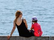 Wie viel Zeit brauchen Familien nach der Adoption eines Kindes? Und braucht es für ältere Adoptivkinder weniger Zeit als für Kleinkinder? Über diese Fragen sind sich Parteien uneinig. (Bild: KEYSTONE/WALTER BIERI)
