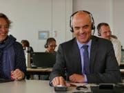 Bundespräsident Alain Berset nimmt in der Glückskette-Sammelzentrale Spendentelefone entgegen. (Bild: Claudia Blaser/Glückskette)