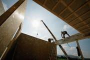 Ein Zimmermann kann ein ganzes Haus aufbauen. Deshalb findet Simon Lehmann den Beruf faszinierend. (Bild: Trix Niederau)