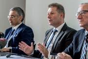 Finanzdirektor Marcel Schwerzmann (Mitte) an einer Medienkonferenz, flankiert von den Regierungsräten Guido Graf (links) und Paul Winiker. (Bild: Nadia Schärli)