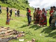 Angehörige in Rakhine bei der Exhumierung getöteter Hindu: Wie Amnesty International berichtet, standen ein Angriff und Exekutionen Dutzender durch eine Rohingya-Miliz am Anfang des Gewaltausbruchs in Myanmar. (Bild: KEYSTONE/EPA/NYEIN CHAN NAING)