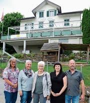 Der «Hölzig Alvier» mit Monika Rüetschli, Marlies Boser-Rüetschli, Mutter Heidi Rüetschli und den neuen Besitzern Sandra Dobler und Martin Sturzengger (von links). (Bild: Hansruedi Rohrer)