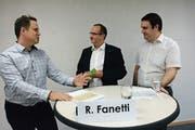 Wählerversammlung im Schulungsraum des Feuerwehrdepots von Zihlschlacht: Moderator Daniel Felix befragt Roger Fanetti (FDP) und Simon Schmutz (parteilos), die für den freiwerdenden Sitz im Gemeinderat Zihlschlacht-Sitterdorf kandidieren. (Bild: Georg Stelzner)