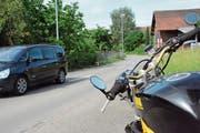 Die Wasserleitung unter der Dorfstrasse in Buhwil ist löchrig; neue Leitungen sollen den Missstand beheben. (Bild: Georg Stelzner)