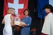 Bundesrätin Doris Leuthard (Mitte) nimmt nach ihrer Rede ein Geschenk von Nationalrätin Andrea Gmür entgegen. (Bild: Corinne Glanzmann, Luzern, 31. Juli 2017))