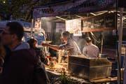 Streetfood-Festivals bieten Besuchern die Möglichkeit, Speisen aus aller Welt zu kosten. (Bild: Michel Canonica)