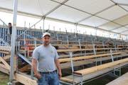 Bauchef Hansueli Frei auf der Tribüne des Schwingfests in Tübach: Am Sonntag wird er ein gefragter Mann sein. (Bild: Perrine Woodtli)