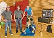 René Bernegg und Simon Berner, Kolb Elektro AG, lassen Roger Eppich, Abwart des Schulhauses Haag, auf dem Velo spüren, dass LED-Lampen weniger Energie brauchen als die konventionellen Glühlampen. (Bild: Heidy Beyeler)