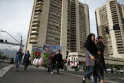 Noch geht in Teheran alles seinen gewohnten Gang: Momentaufnahme am Mirdamad Boulevard. (Bild: Vahid Salemi/AP (Teheran, 6. Mai 2018))