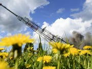 """122 Meter hoch und 97 Tonnen schwer: Der Sendeturm """"La Barillette"""" ist am Donnerstag gesprengt worden. (Bild: KEYSTONE/LAURENT GILLIERON)"""