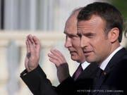 Der russische Präsident Wladimir Putin (links) hat in St. Petersburg den französischen Staatschef Emmanuel Macron zu einem Gespräch über internationale Krisen empfangen. (Bild: Keystone/AP POOL/DMITRI LOVETSKY)