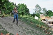 Debora Rossi aus Rehetobel liebt die Arbeit mit den Tieren, weshalb sie sich für eine Lehre als Landwirtin entschieden hat. (Bild: Miranda Diggelmann)