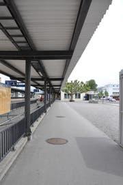 Auf dem Kiesplatz rechter Hand soll der Bushalt mit 30 Meter langen Haltekanten entstehen. Die Platane im Bildhintergrund wird durch eine Neupflanzung ersetzt werden. (Bild: acp)