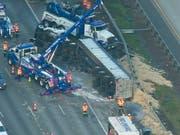 Was für eine Hühnerei: Der Camion verlor bei einem Unfall seine Ladung - 20 Tonnen Federn. (Bild: KEYSTONE/AP KOMOnews.com/AIR 4)