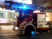 Rund dreissig Feuerwehrleute und zahlreiche Sanitäter waren im Einsatz, um den Hausbrand in Vevey VD zu löschen. Für eine 75-jährige Frau kam jede Hilfe zu spät. (Bild: KEYSTONE/MARTIAL TREZZINI)