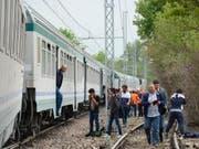 In der Nähe der norditalienischen Stadt Turin hat ein Zug einen Lastwagen gerammt. Die Eisenbahn entgleiste teilweise. (Bild: KEYSTONE/EPA ANSA/RAFFAELE SASSO)