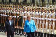 Empfang mit militärischen Ehren: Chinas Premierminister Li Keqiang mit seinem Gast Angela Merkel in Peking. (Bild: Lintao Zhang/Getty Images; 24. Mai 2018)