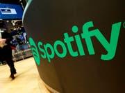 Technologie-Giganten wie Spotify sind schuld, dass Komponisten, Texter und Musikverleger kaum einen finanziellen Anteil haben am Streaming-Boom. Dieser Umstand trübt etwas das gute Jahresergebnis der Verwertungsgesellschaft SUISA, welche den Urhebern heuer mehr Geld vergüten konnte als letztes Jahr. (Bild: KEYSTONE/AP/RICHARD DREW)