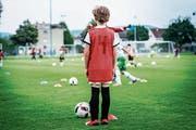 Die Nummer vier wartet beim Training des FC Frauenfeld auf seinen Einsatz. (Bild: Andrea Stalder)