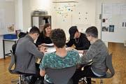Janine Grossniklaus, Klassenlehrerin der Lerngruppe Magellan, erklärt ihren Schützlingen das Programm vom Tag der offenen Tür. (Bild: Birgit Scheidegger (Melchtal, 22. Mai 2018))