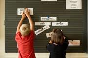 Primarschüler im Obernau lernen Frühfranzösisch. (Bild: Dominik Wunderli; Kriens, 12. September 2014)