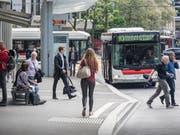 Ein Autobus der Linie 10 auf dem Bahnhofplatz. (Bild: Hanspeter Schiess)