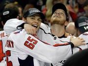 Doppeltorschütze Andre Burakovsky (links) und John Carlson jubeln nach dem Einzug in den Stanley-Cup-Final (Bild: KEYSTONE/AP/CHRIS O'MEARA)