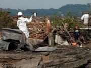 Ermittler in den Trümmern nach der Explosion der illegal betriebenen Feuerwerksfabrik in Tui (Bild: KEYSTONE/EPA EFE/SALVADOR SAS)