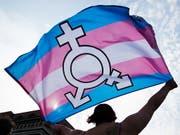 Eine Person an einer Kundgebung für die Rechte von Transmenschen. Der Bundesrat will deren Situation verbessern: Transmenschen und Menschen mit einer Geschlechtsvariante sollen das Geschlecht auf dem Papier einfacher ändern können. (Bild: KEYSTONE/EPA/HAYOUNG JEON)