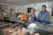 Sie bedienen am Samstag zum letzten Mal die Kunden in ihrer Dorfmetzgerei: Rita und Erwin Elsener. (Bild: Corinne Glanzmann (Stansstad, 23. Mai 2018))