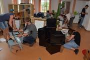 Fast zwanzig Leute sind einen Tag im Einsatz, um das für drei Herisauer Jugendwohnungen angelieferte Mobiliar zusammenzusetzen. (Bild: RF)