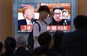 Südkoreanische Passanten verfolgen die neuste politische Entwicklung in einem Bahnhof in Seoul. (Bild: Ahn Young-joon/AP (24. Mai 2018))