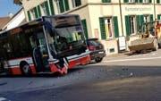 Der vom Unfall gezeichnete Stadtbus am Unfallort beim Erchingerhof. (Bild: PD/Victor Barras)
