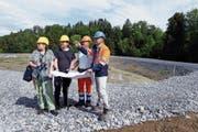 Die Gemeinderätin Barbara Beck-Iselin, der Ökologe Niklaus Peyer sowie die Kibag-Angestellten Patrick Gasser und Theo Desax (von links) nehmen einen Augenschein im Kieswerk. (Bild: Werner Schelbert (Menzingen, 24. Mai 2018))