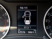 Ab einer gewissen Aussentemperatur können abgestellte Autos schnell zu Hitzefallen werden. Diese Gefahr droht auch, wenn das Auto im Schatten steht, wie US-Forscher gezeigt haben. (Bild: KEYSTONE/WALTER BIERI)