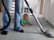 Die Frage, wie Haus- und Familienarbeit aufgeteilt wird, stellt sich insbesondere nach der Geburt des ersten Kindes. (Bild: KEYSTONE/GAETAN BALLY)