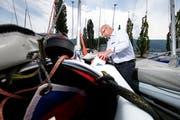 Christian Frey vom Yacht Club Zug prüft eine der Club-Jollen auf ihre Vollständigkeit. (Bild: Stefan Kaiser (Zug, 22. Mai 2018))