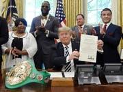 Im Beisein verschiedener Prominenter hat US-Präsident Donald Trump den rassistisch diskriminierten Schwergewichtsboxer Jack Johnson posthum rehabilitiert. (Bild: KEYSTONE/EPA ABACA POOL/OLIVIER DOULIERY / POOL)